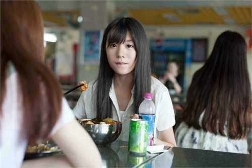 Nhân vật chính trong loạt ảnh được mọi người tìm ra là Ngô Tây, sinh ngày 14/8/1997, quê ở Trùng Khánh. Loạt hình ở căng-tin được cho là do bạn học chụp khi Ngô Tây ăn trưa tại trường học.