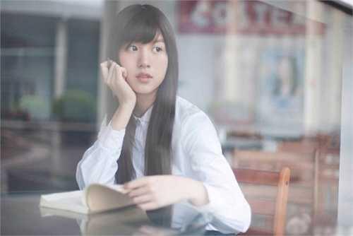 Nữ sinh 18 tuổi gây chú ý bởi diện mạo xinh đẹp với áo trắng, tóc dài, gợi nhớ hình ảnh mối tình đầu ngây thơ trên ghế nhà trường trong lòng nhiều nam sinh.