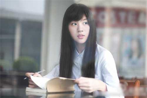 Không chỉ trở nên nổi tiếng, cô bạn còn khiến hàng chục nghìn người dùng Weibo rộ trào lưu đăng ảnh mặc áo sơ mi trắng để so nhan sắc.