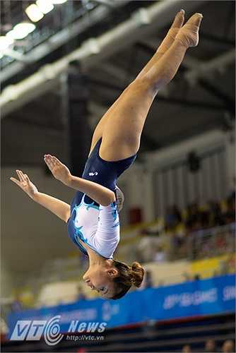 Đỗ Thị Vân Anh thực hiện rất tốt bài thi của mình ở nội dung cầu thăng bằng. (Ảnh: Hải Thịnh)