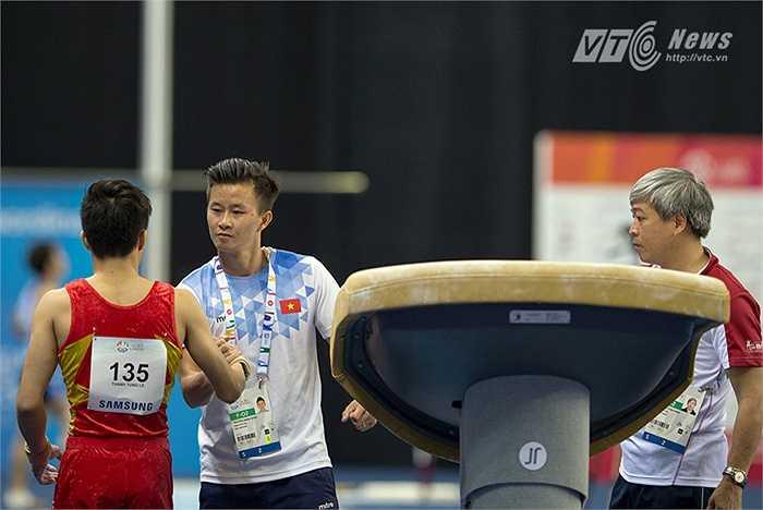 Ban huấn luyện chúc mừng phần thi của Thanh Tùng. (Ảnh: Hải Thịnh)