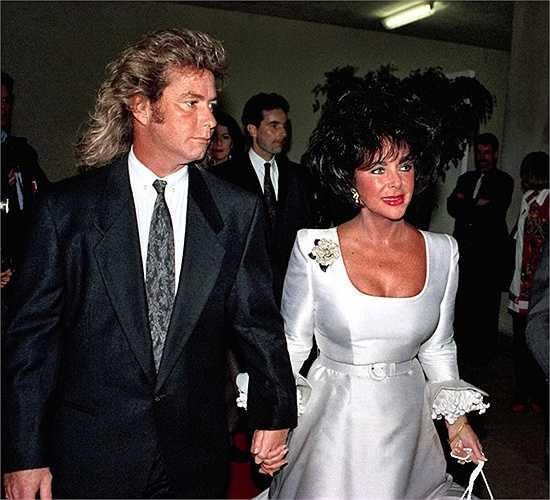 10. Elizabeth Taylor và Larry Fortensky - 2.5 triệu USD. Đám cưới diễn ra năm 1991 với 160 khách mời, hội tụ rất nhiều người nổi tiếng như ; Eddie Murphy, Nancy Reagan, Quincy Jones, Macaulay Culkin. Riêng bộ váy cưới của Taylor đã trị giá tới 25.000 USD.