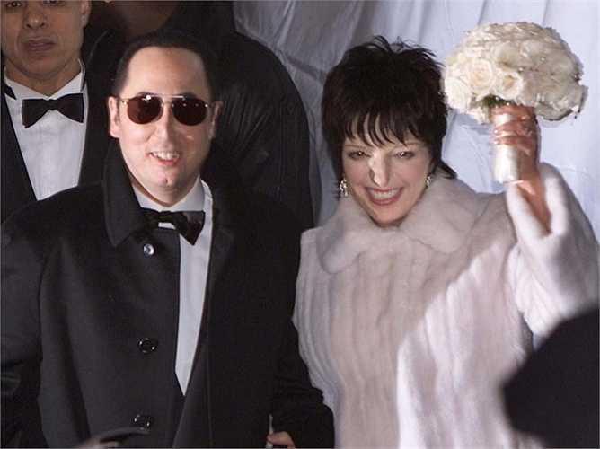 8.  Liza Minnelli and David Gest - 3.5 triệu USD. Được tổ chức năm 2002, đám cưới  diễn ra ở khách sạn Regent, New York với lượng khách khổng lồ: 850 người. Rất nhiều nhân vật nổi tiếng đã đến chung vui cùng cặp đôi này như:  Diana Ross, Donny Osmond, và Mia Farrow.