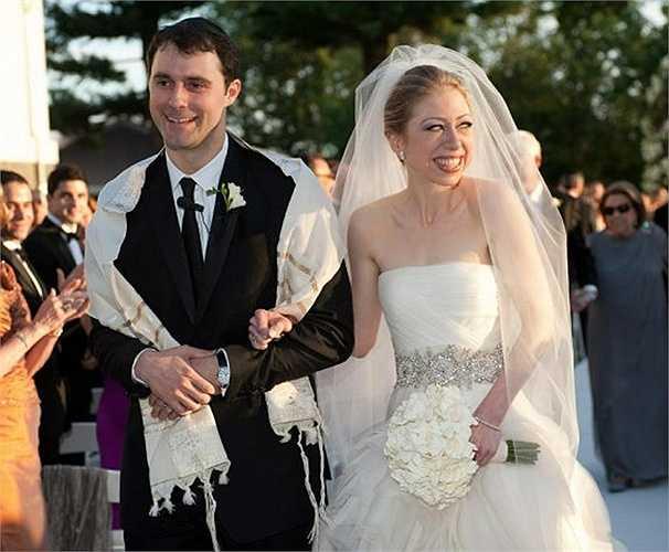 7. Chelsea Clinton và Marc Mezvinsky – 5 triệu USD. Năm 2010, Chelsea và Marc đã tổ chức đám cưới với sự chứng kiến của 400 người thân và bạn bè. Trong hôn lễ, cô dâu rạng rỡ khoác trên mình chiếc váy đắt giá của Vera Wang.