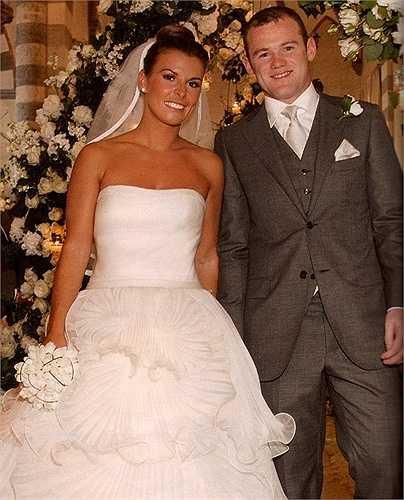 6. Wayne Rooney và Coleen McLoughlin – 8 triệu USD. Đám cưới được tổ chức tại một biệt thự cổ kính 330 năm tuổi, sau đó là tại khu resort  Riviera Santa. Các thành viên gia đình đã đi lại bằng máy bay tư nhân còn cô dâu thì được đưa đón bằng một chiếc du thuyền sang trọng.