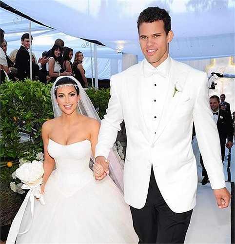 5. Kim Kardashian và Kris Humphries – 10 triệu USD. Đây là một trong những đám cưới gây nhiều sự chú ý nhất. Toàn bộ chi phí cho lễ cưới ước tính là 10 triệu USD  được E!News đài thọ với yêu cầu bản quyền phát sóng. Đám cưới đã lập kỉ lục về lượt xem lên đến 10 triệu người.