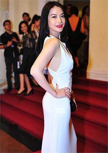 Váy trắng hở lưng khoe làn da trắng hồng.