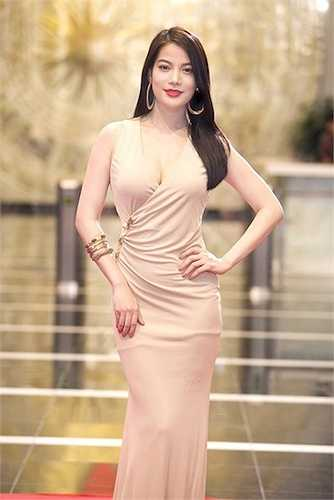 Người đẹp thường xuyên diện những trang phục ôm sát.