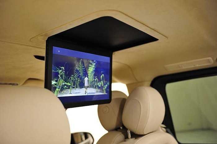 Đối diện mỗi hàng ghế đều được đặt một màn hình âm trần, giúp các VIP có thể thư giãn trên những chuyến đi dài.