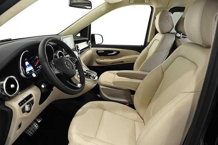 Toàn bộ nội thất của chiếc xe đã được bọc lại trong da Nappa cao cấp. Những chi tiết ốp trang trí được làm từ sợi carbon.
