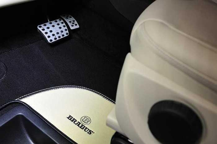 Bên dưới mỗi ghế là thảm lót chân làm từ lông cừu cao cấp. Các pedal được làm từ nhôm và có tính năng chống trượt.