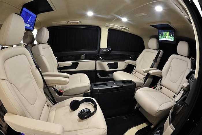 Khoang phía sau xe được trang bị 4 chiếc ghế 'giám đốc' được đặt đối diện nhau, có thể điều chỉnh tuỳ ý.