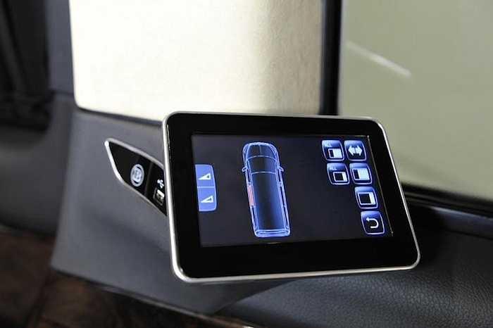 Trên mỗi ghế sau được trang bị một màn hình cảm ứng để có thể điều khiển các chức năng tiện nghi khác nhau của xe.