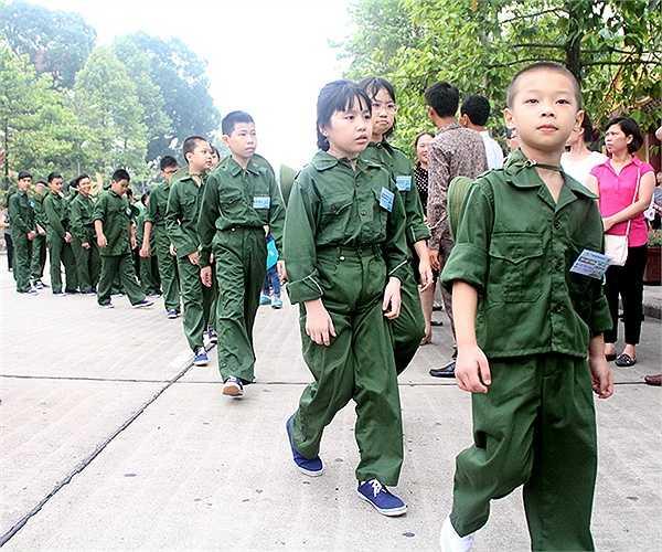 Trước khi lên đường nhập ngũ, các em nhỏ được vào Lăng viếng Bác Hồ và ôn lại truyền thống vẻ vang của dân tộc, tạo khí thế hăng hái, quyết tâm rèn luyện.
