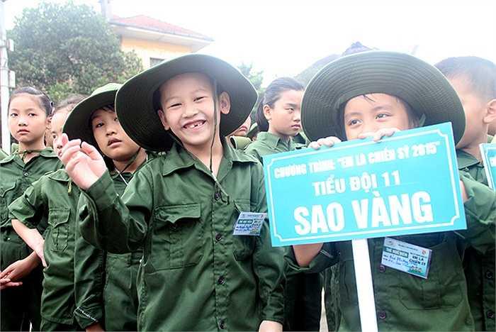 Các 'chiến sỹ nhí' đầy tự tin, cười đùa vui vẻ trước khi bước vào học kỳ quân đội