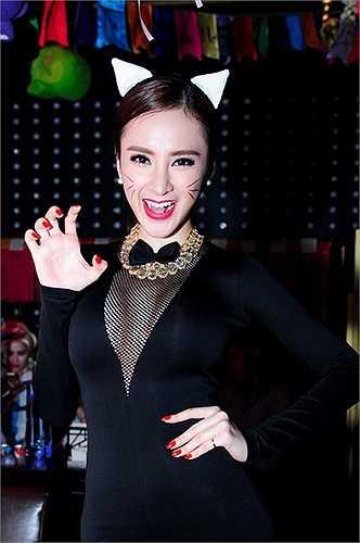 Chưa nói đến những ồn ào trong đời tư, câu chuyện ăn mặc của Angela Phương Trinh cũng đủ làm dư luận và tín đồ thời trang phải quan tâm. Phải nói rằng, cô gái sinh năm 1995 là một người thông minh, luôn biết cách đánh bóng tên tuổi.