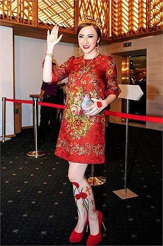 Mỗi lần xuất hiện tại thảm đỏ, cái tên Angela Phương Trinh luôn biết gây chú ý với công chúng ở cách tạo hình, những bộ váy thiết kế cầu kỳ hay số tiền không nhỏ đầu tư vào trang phục, phụ kiện...
