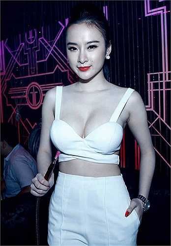 Tuy nhiên, chính những nhận xét trái chiều từ dư luận vô tình khiến tên tuổi của Angela Phương Trinh được chú ý. Mỗi lần xuất hiện trong một sự kiện bất kỳ, hình ảnh của cô đã được phủ sóng trên các mặt báo.