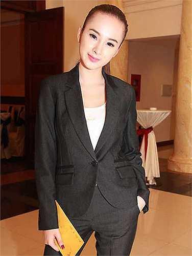 Sau thời gian nhận nhiều phê phán vì ăn mặc không hợp tuổi, Angela Phương Trinh đã đưa ra lời hứa thay đổi. 'Tôi tự hứa và quyết tâm không sexy như trước đây, thay vào đó xây dựng hình ảnh một người con gái chững chạc và trưởng thành', bà mẹ nhí từng phát biểu.