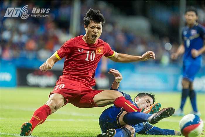 Công Phượng gào thét, bất lực trước sự truy cản của Tristan Đỗ - cầu thủ gốc Việt của U23 Thái Lan. (Ảnh: Hoàng Thịnh)