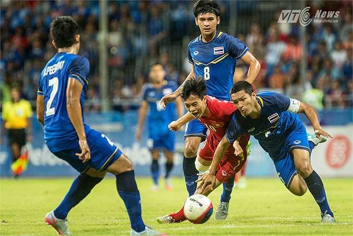 Văn Toàn trong vòng vây của cầu thủ U23 Thái Lan. (Ảnh: Hoàng Thịnh)