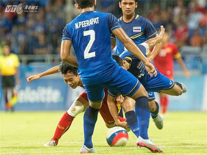 Tiền đạo của HAGL lép vế trước ma trận của người Thái. Đây cũng là hình ảnh chung của U23 Việt Nam trước đội bóng xứ chùa Vàng. (Ảnh: Hoàng Thịnh)