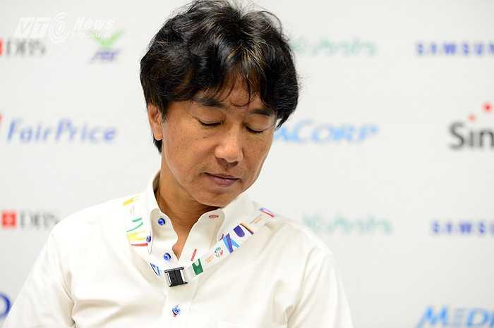 Nỗi thất vọng của Miura và hẹn cuộc tái đấu ở trận chung kết. Khi ấy hy vọng, ông sẽ ngước lên cười. (Ảnh: Hà Thành)