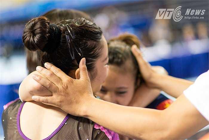 Hai cô gái vàng của thể dục dụng cụ Việt Nam trong vòng tay trưởng bộ môn sau khi cùng nhau giành HCV và HCB nội dung cầu thăng bằng. (Ảnh: Hoàng Thịnh)