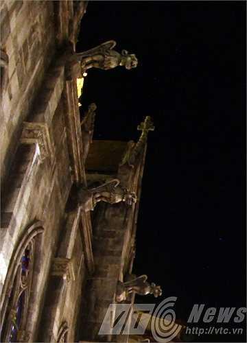 Những con quái thú ở nhà thờ St. Denis chồm ra như thách thức, trấn giữ.
