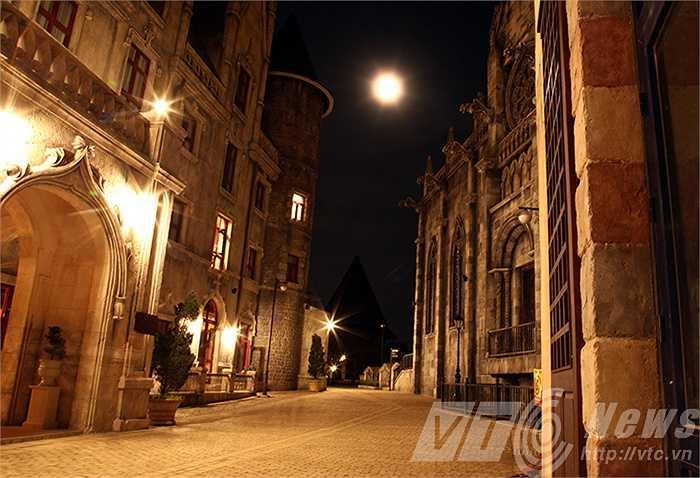 Lối đi nhỏ lát đá dẫn đến những lâu đài Pháp.