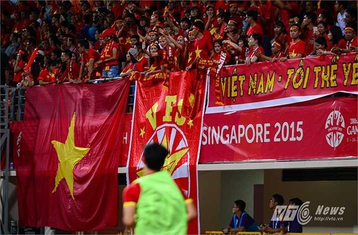 CĐV Việt Nam trên khán đài rất phấn khích khi Công Phượng chuẩn bị được tung vào sân. (Ảnh: Hà Thành)