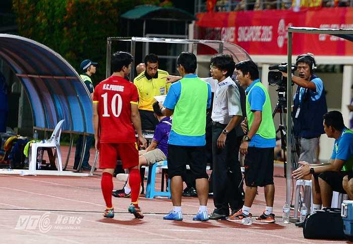 Ở thời điểm HLV Miura đang căn dặn Công Phượng thì U23 Thái Lan có bàn thắng thứ 3.