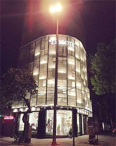 Gia đình cô sở hữu nhiều bất động sản lớn ở Hà Nội. Hiện tại, cả nhà hot girl sống trong căn nhà 7 tầng trên mặt phố Bà Triệu.