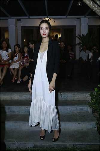 Hoa hậu thật sự thu hút khi chọn sự kết hợp của áo balzer và váy ngủ - slip dress cho một sự kiện tối.