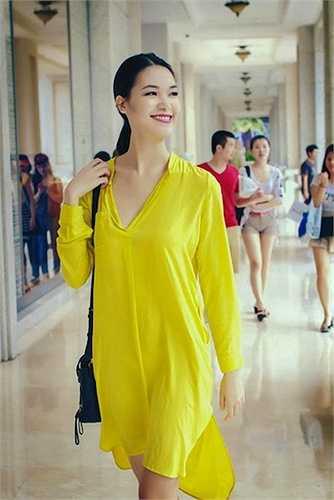 Hoa hậu thật tươi trẻ, rạng rỡ với đầm sơ mi màu sắc nổi bật. (Nguồn: Khám phá)