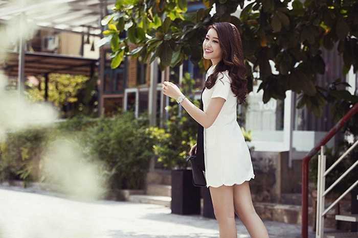 Mặc dù yêu thích trang phục tone đen và trắng nhưng nàng á hậu rất biết các làm sống động hai gam cơ bản này.