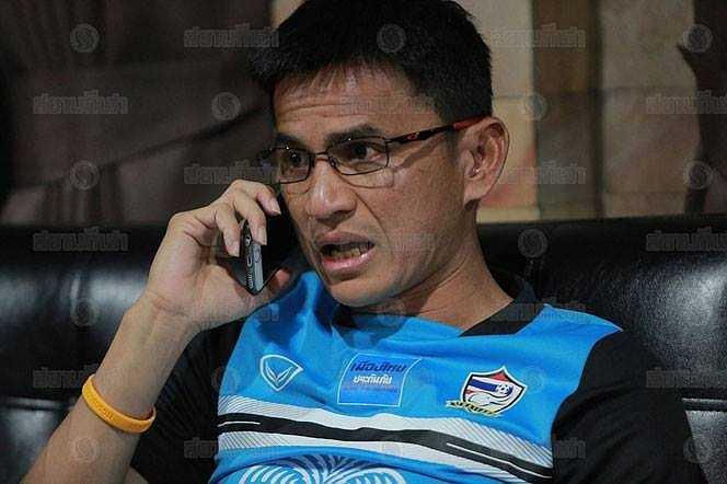Kiatisak gọi điện sang Singapore để điều chỉnh chiến thuật.