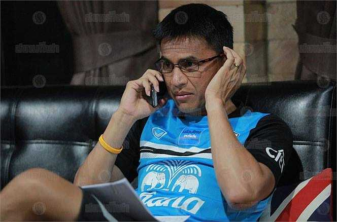 Kiatisak trao đổi với trợ lý Promrut Choketawee, người được giao trực tiếp dẫn dắt U23 Thái Lan cho đến trước trận chung kết.