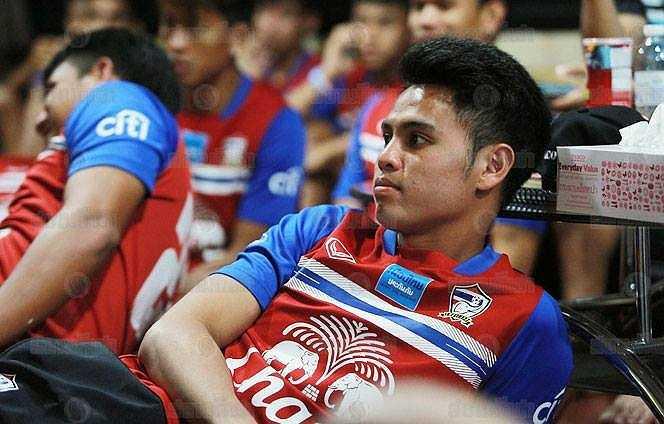 Các cầu thủ Thái Lan chăm chú theo dõi đàn em ở U23