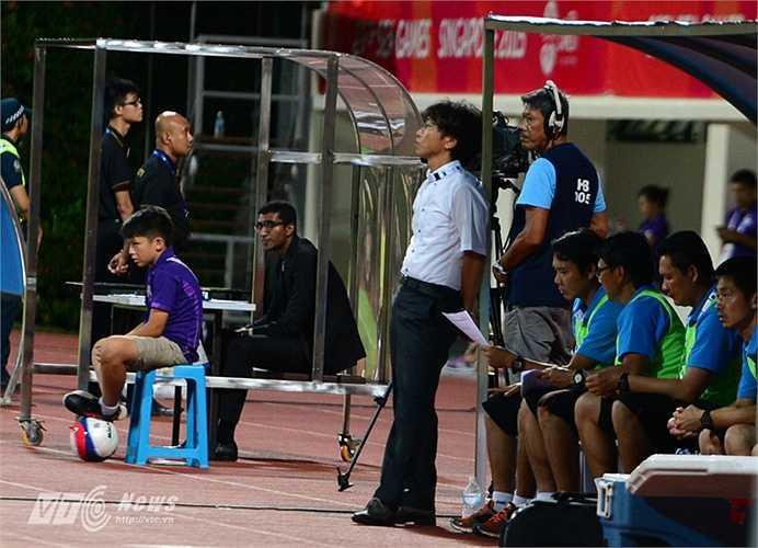 HLV Miura đứng lặng ở cabin huấn luyện khi U23 Thái Lan dẫn U23 Việt Nam 2-0 cùng thế trận tấn công bế tắc của các học trò.