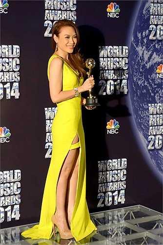 Khi đi nhận giải thưởng quốc tế, Mỹ Tâm cũng trung thành với những chiếc váy được cắt xẻ táo bạo.