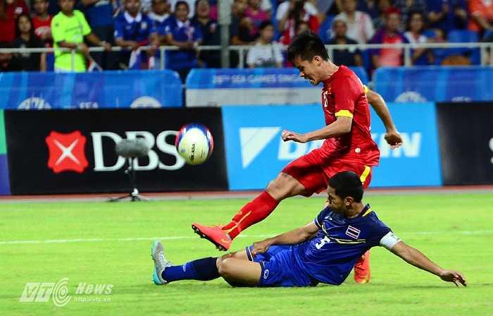 Tiếc là trung vệ số 5 của U23 Thái Lan đã tung người truy cản khiến Thanh Bình không thể dứt điểm.