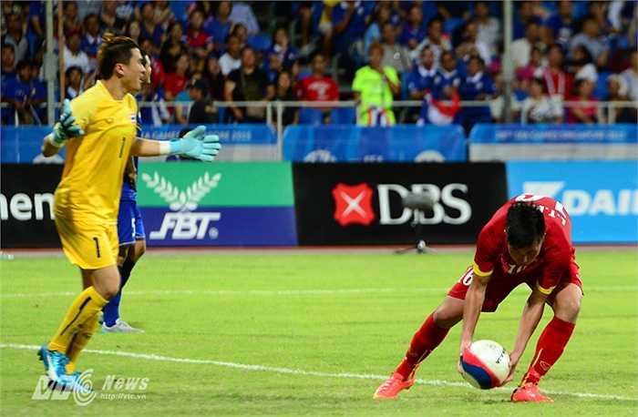 Thanh Bình nhặt bóng, ăn mừng bàn thắng rút ngắn tỷ số xuống còn 1-3.