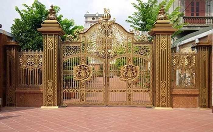 Cổng hợp kim mỹ thuật cao cấp với hoa văn được thiết kế tinh tế độc đáo thường được nhiều người chọn khi thiết kể cổng nhà biệt thự. Trong đó, cổng đúc đồng với màu sắc hoài cổ, đồng ánh vàng mang lại dáng vẻ cổ điển, sang trọng cho không ít công trình.