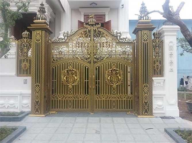 Theo anh Nguyễn Tấn Minh (Chủ một doanh nghiệp cung cấp cửa, cổng biệt thự ở Hà Nội) cho biết: 'Cửa đồng là vật liệu phong phú mẫu mã và có độ bề cao, do đó, khách hàng có thêm lựa chọn để thi công công trình'.