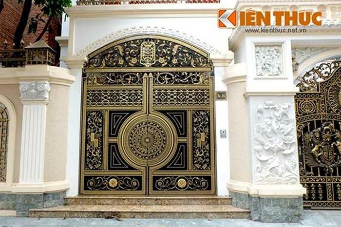 Nhiều họa tiết cầu kỳ, đẹp mắt được làm chọn để gia công lên cổng.