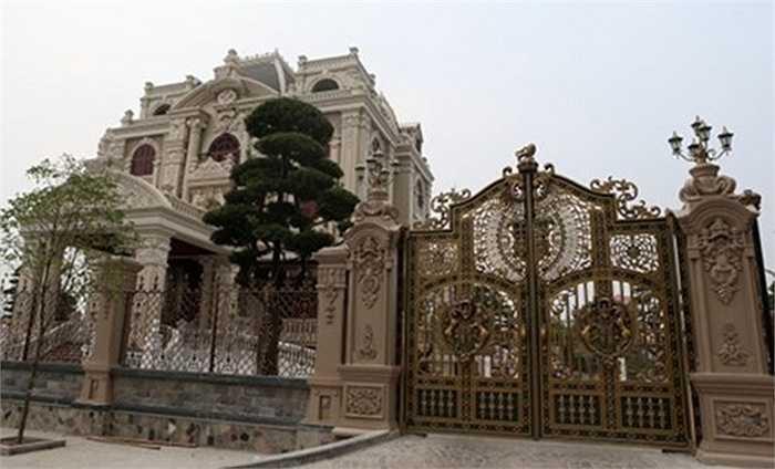 Màu đồng vàng giả cổ là màu phổ biến và được ưa thích nhất trong các dòng sản phẩm cổng biệt thự.