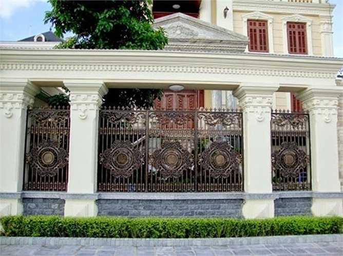 Ngoài ra, nhiều công trình thiết kế hàng rào từ vật liệu hợp kim nhôm hoặc đồng đúc, nhôm đúc đẹp mắt.