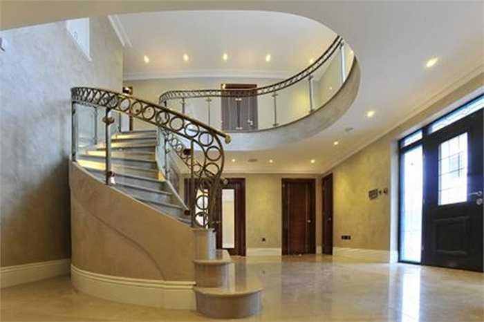 Ứng dụng trong thiết kế cầu thang với tay vịn bằng đồng, nhôm đúc, thành cầu thang bằng kính.