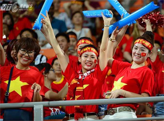 Khán đài sân Bishan được hâm nóng trước giờ đấu bởi hàng ngàn CĐV Việt Nam. (Ảnh: Hà Thành)